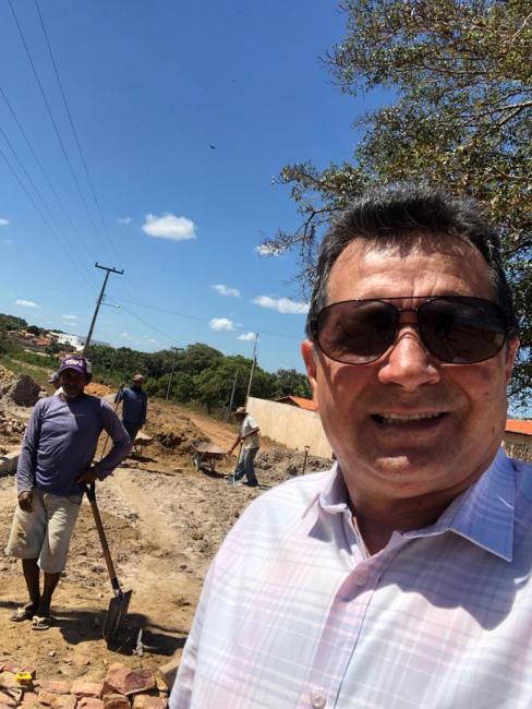 Bairro Ferreirão ganha obras de calçamento da via de acesso