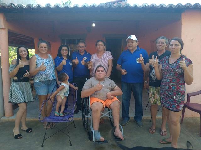 """Promoção """"Vizinho Solidário"""" entrega terceira cadeira de rodas em Picos"""