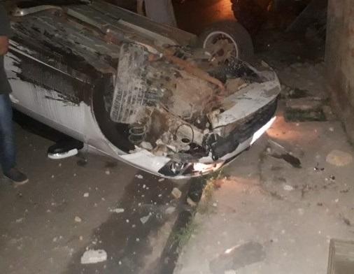 Motorista perde controle do carro, bate em muro e capota