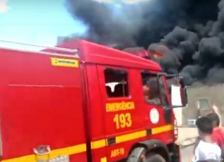 Incêndio atinge depósito e moradores são retirados de casas