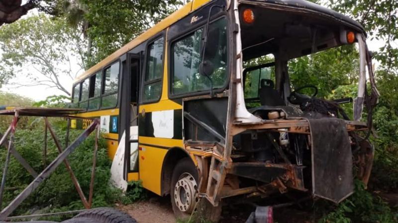 Boa Hora: Ônibus e caçamba estariam abandonados pela gestão