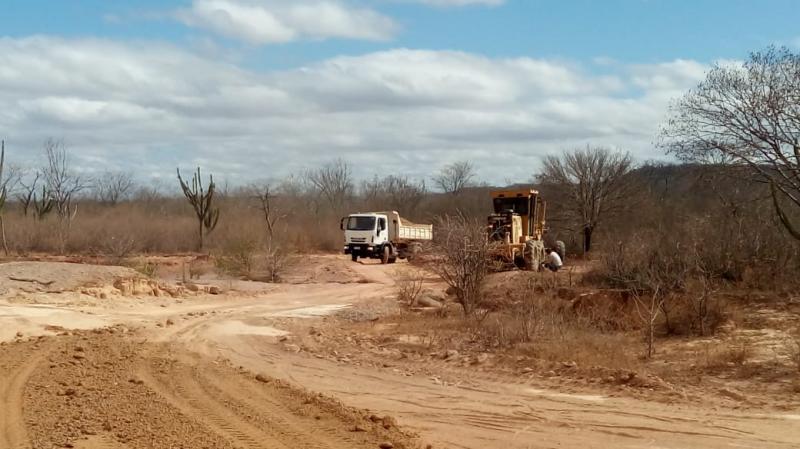 Secretaria de Obras está piçarrando estradas na Zona Rural