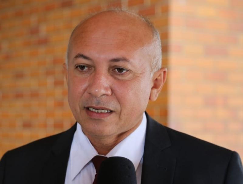 Warton critica o excesso de burocracia nos órgãos públicos