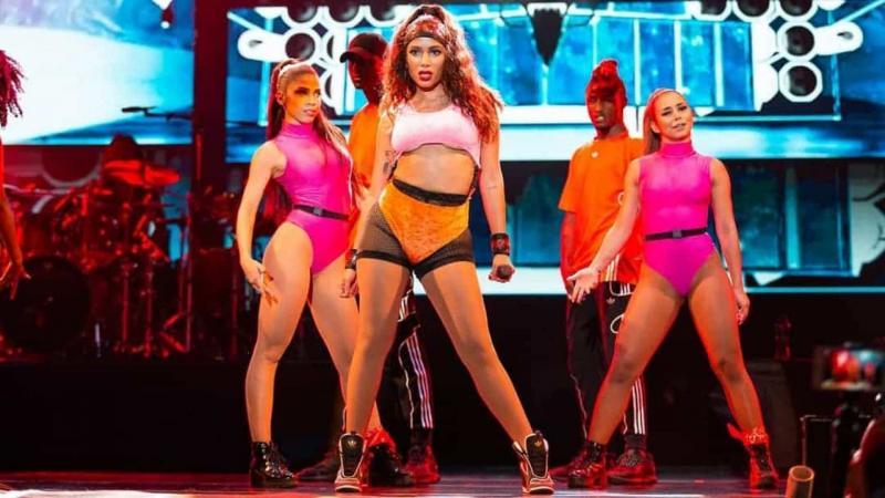 Anitta rebate críticas a figurinos: