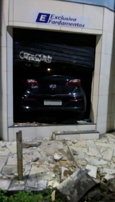 Carro invade loja de fardamentos após perseguição policial
