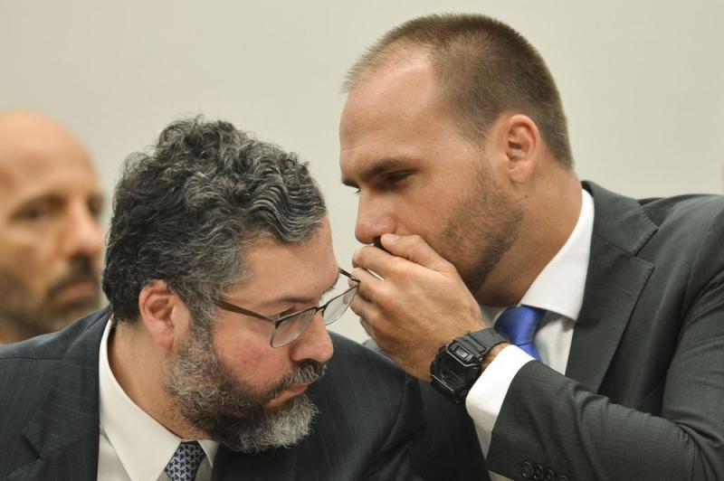 Hoje Eduardo Bolsonaro não tem maioria, mas Planalto trabalha intensamente