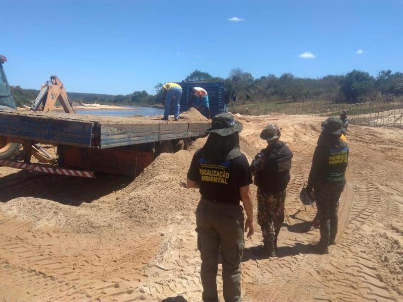 Operação flagra extração ilegal de areia no Rio Canindé
