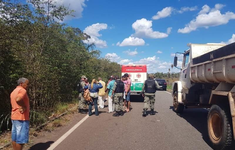Após colidir moto com caçamba, mulher morre na BR 222
