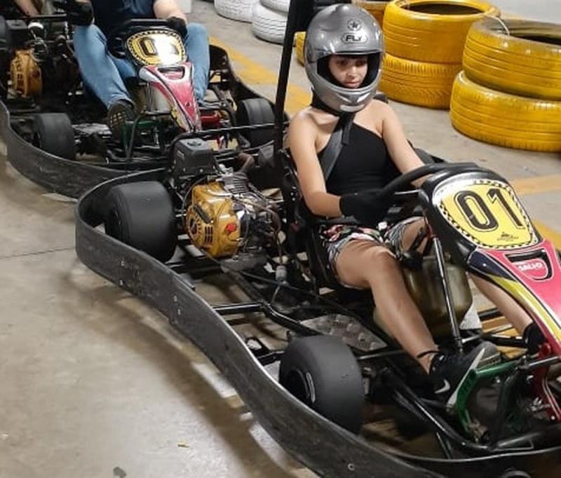 Jovem que sofreu o escalpelamento foi fotografada momentos antes do acidente na corrida de kart, no Recife — Foto: Reprodução/WhatsApp