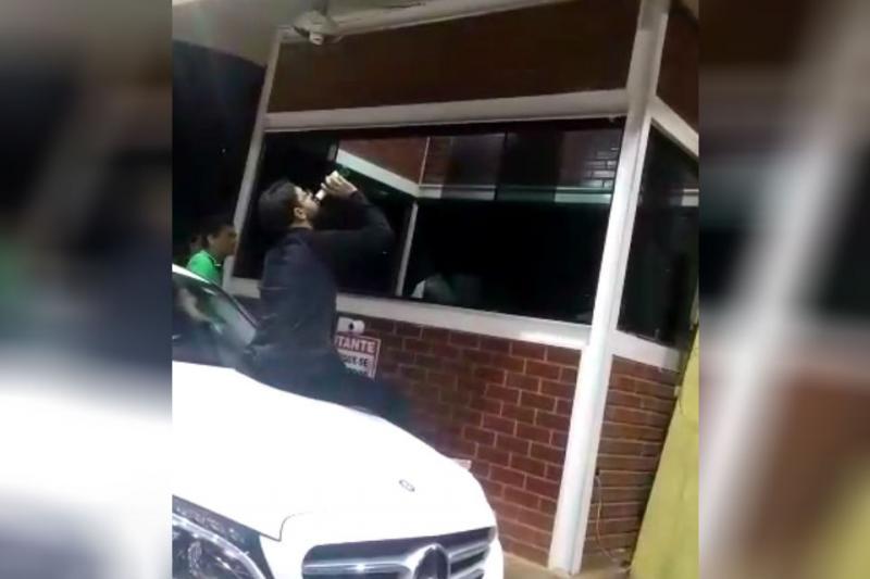 Vídeo mostra assessor de deputado cuspindo em porteiro