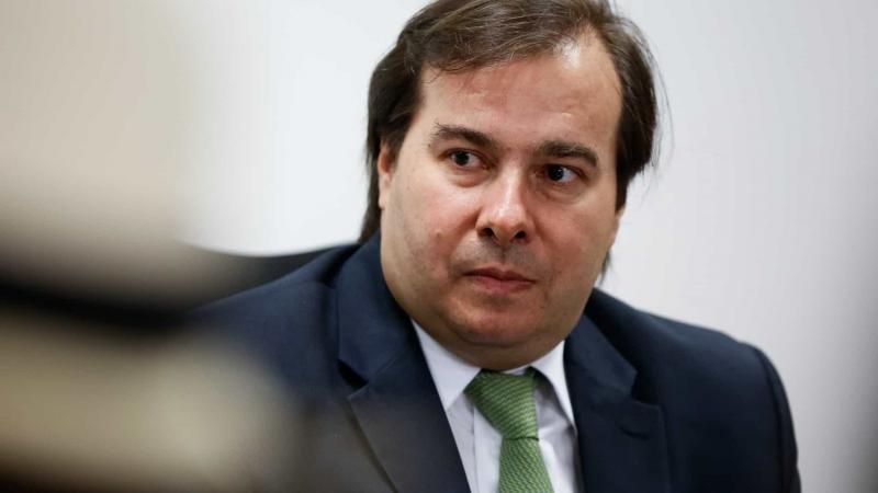 Maia defende mudar projeto de Bolsonaro sobre posse e porte de armas