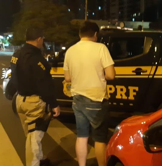 Homem que fazia uso de bebida alcoólica ao volante é preso