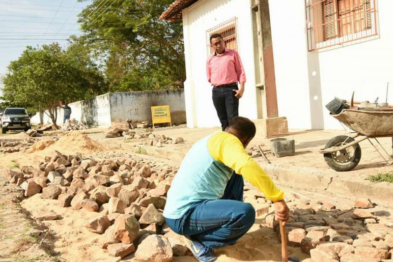 Prefeito Joel visita obras de recuperação de vias na região central de Floriano