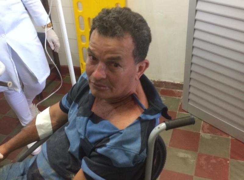 Homem fica com faca cravada no pescoço após agressão