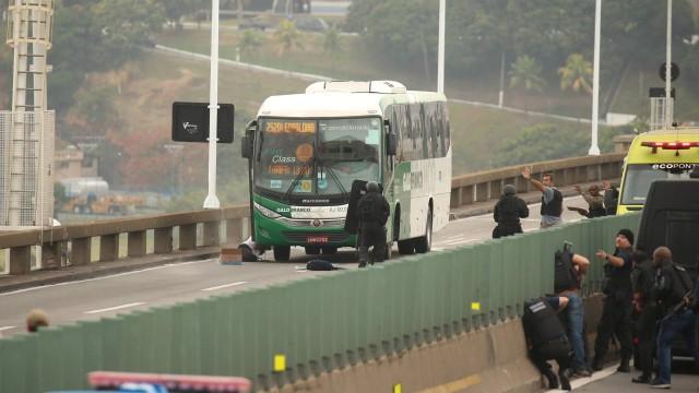 Policiais atiram e matam bandido que fez reféns em ônibus no Rio