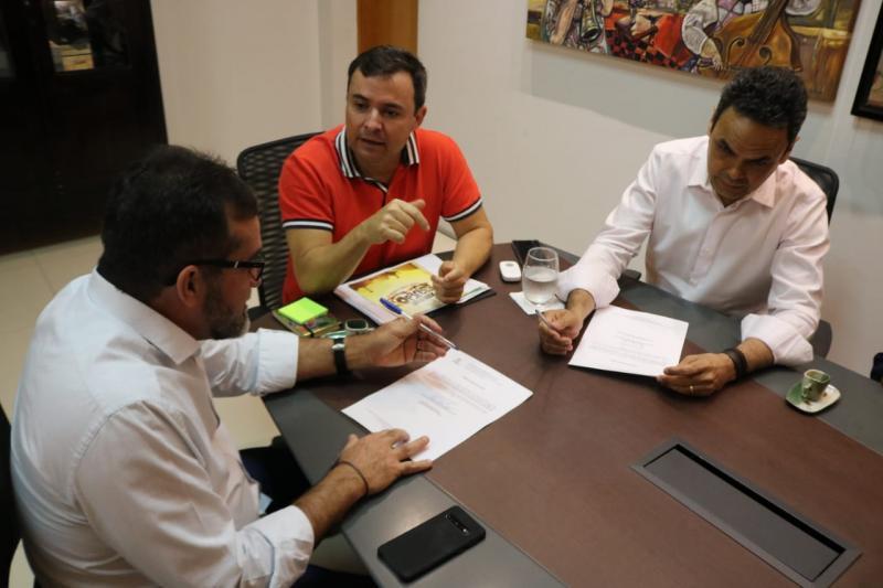 Biblioteca de Oeiras recebe acervo de livros de escritores piauienses