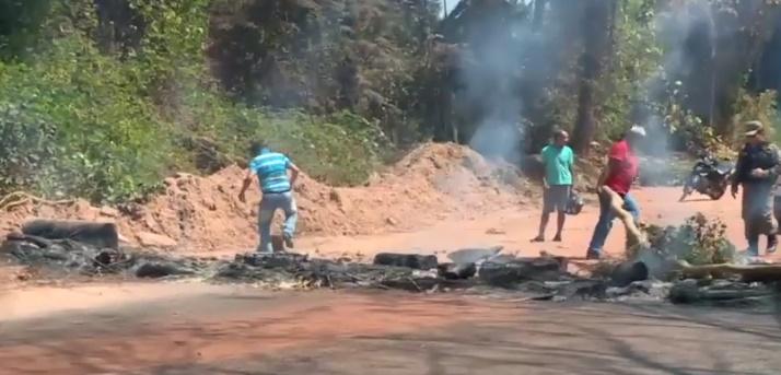 PM negocia com moradores e PI-112 é desbloqueada após protesto