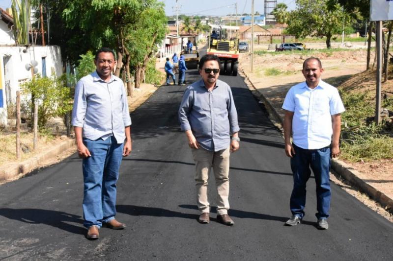 Joel Rodrigues visita retomada das obras de asfaltamento em Floriano