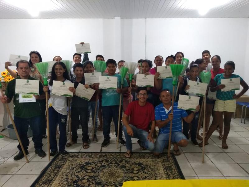 Prefeitura realiza entrega de certificados de curso de vassouras ecológicas