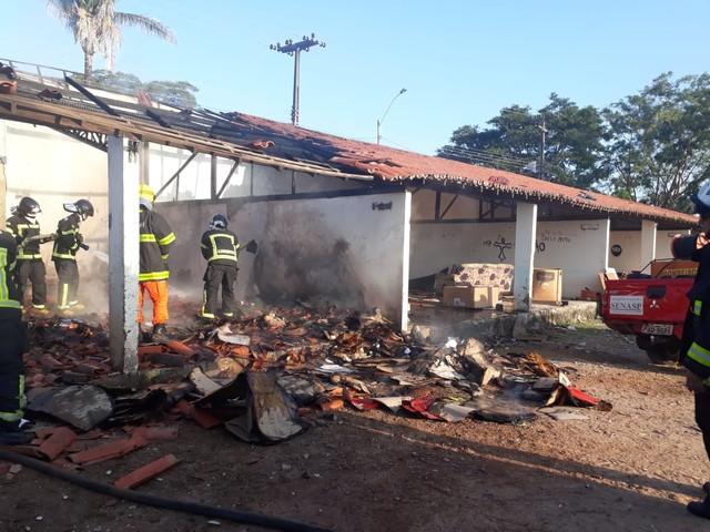 Incêndio atinge depósito de material reciclável em Teresina