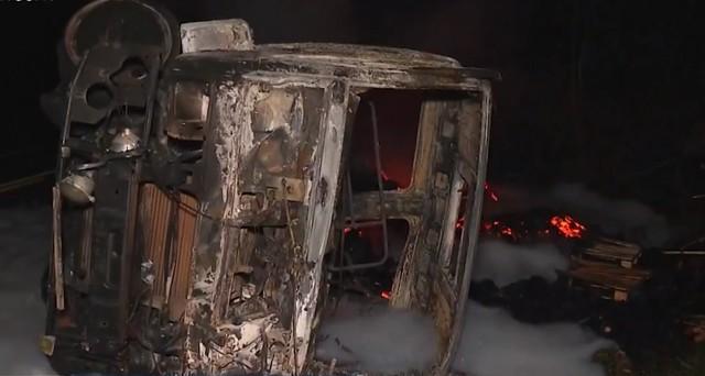 Batida entre ônibus e carreta deixa 5 mortos e 10 feridos