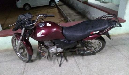 Polícia encontra moto que foi roubada em uma casa abandonada