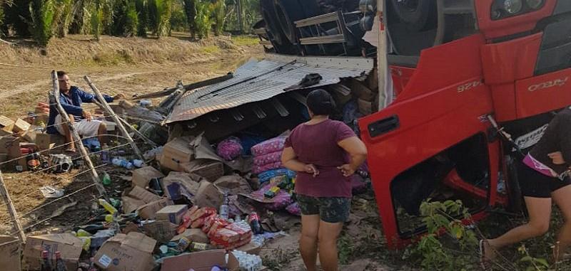 Motorista perde o controle e caminhão capota na PI -111