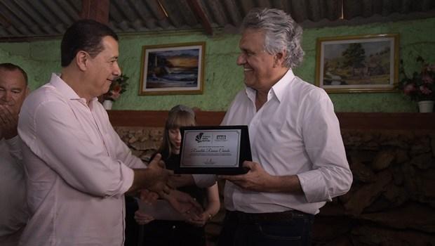 Governador Ronaldo Caiado recebe o prêmio Hélio Beltrão em Águas Lindas-GO