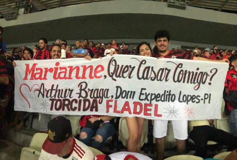 Piauiense pede namorada em casamento durante jogo do Flamengo