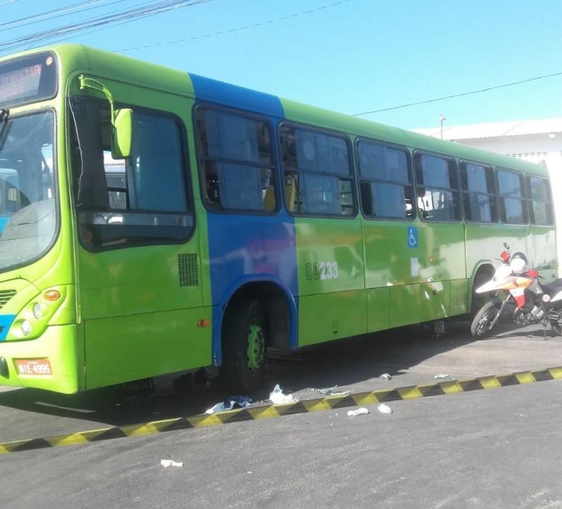 Motociclista vai parar embaixo de ônibus em acidente em Teresina