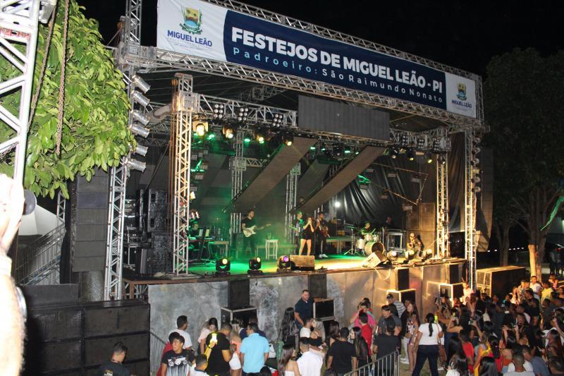 Shows reúnem multidão nos festejos de Miguel Leão