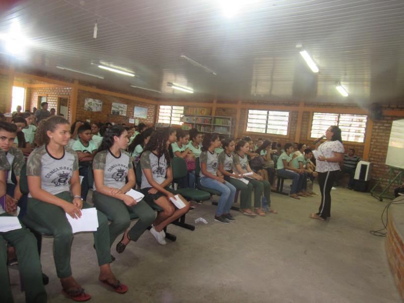Secretária Rosinha Lima, conversando com os estudantes (Foto: Leônidas Silva)