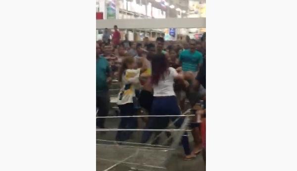 Vídeo mostra briga de mulheres no estacionamento do Mix Mateus
