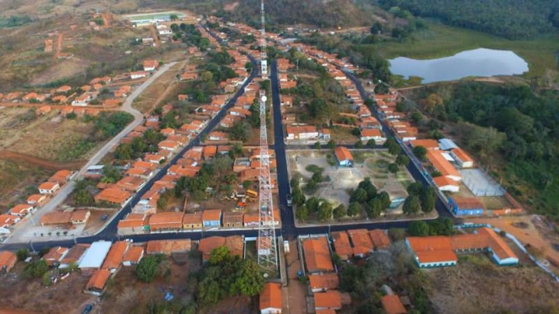 Prefeito mostra resultado de obra de asfaltamento em Miguel Leão