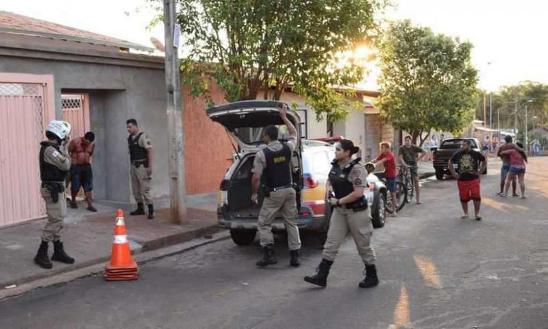 Homem decapita colega e carrega cabeça da vítima pela rua