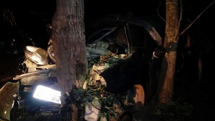 Carro fica destruído e motorista ferido ao bater em árvores no PI