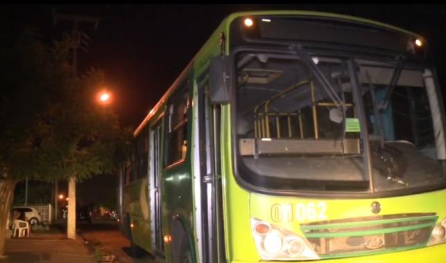 Bandidos fazem arrastão dentro de ônibus em Teresina