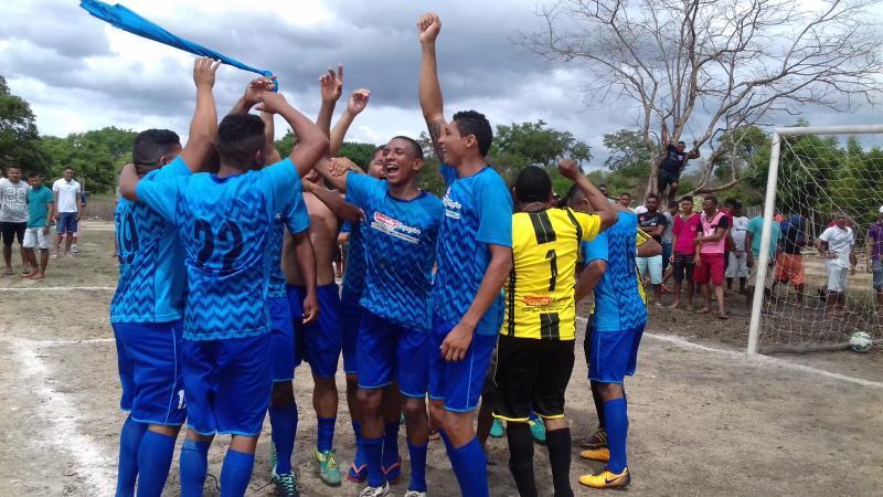 O time do São Luís vence o Campeonato de Futebol Amador do Benfica