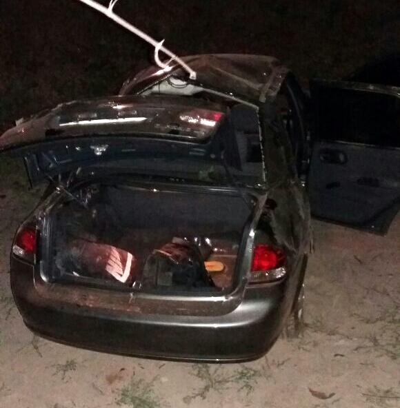 Carro desce aterro e passageiro é sacado para fora em rodovia do Piauí