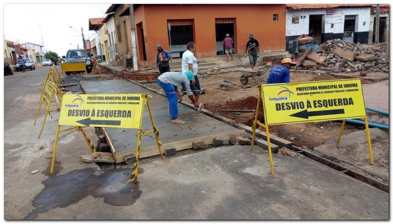 Prefeitura de Inhuma realiza recuperação de calçamento
