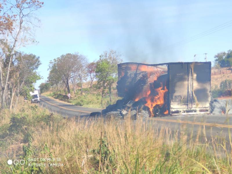 Semirreboque de caminhão pega fogo na BR-135