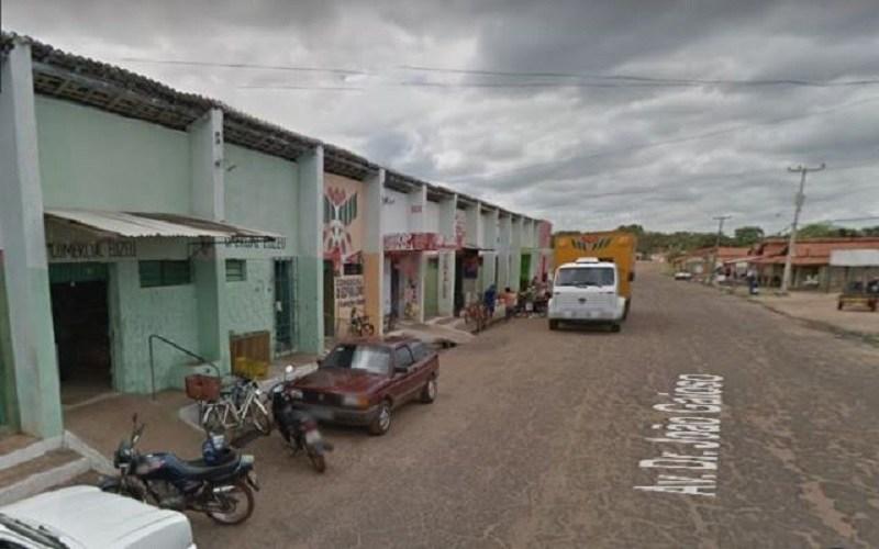 Bandido armado assalta comércio e foge em motocicleta