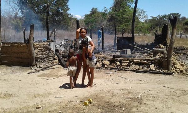 Mulher perde tudo após ter casa incendiada no Piauí