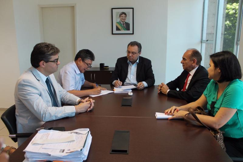 Marcos Elvas assina convênio para construção de centro de saúde da mulher em Bom Jesus
