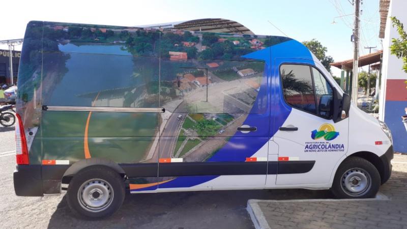 Prefeito entrega novo transporte para população de Agricolândia