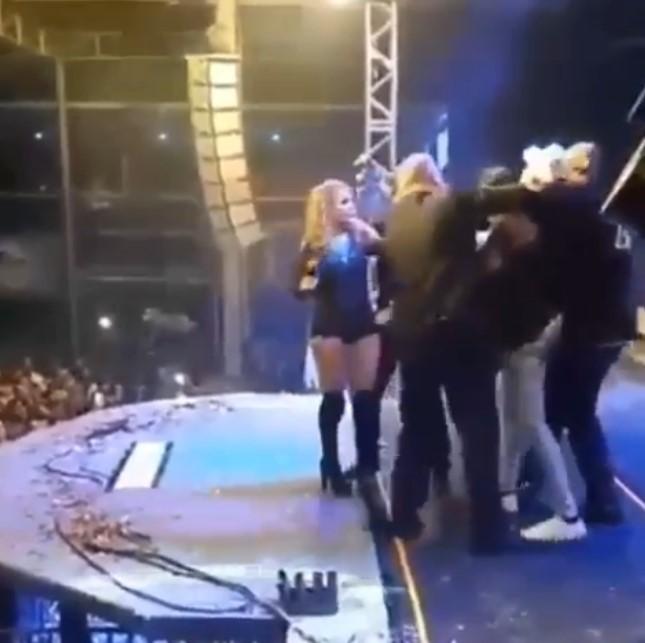 Cantora Joelma é atacada por um fã no meio de show