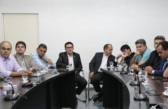 Santana participa de reunião para discutir contratação de novos empréstimos