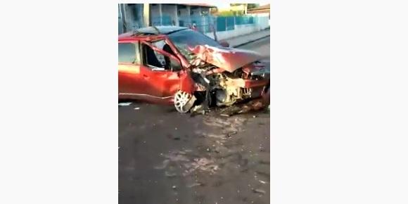 Vídeo: carro bate contra poste e causa falta de luz em bairro de Timon