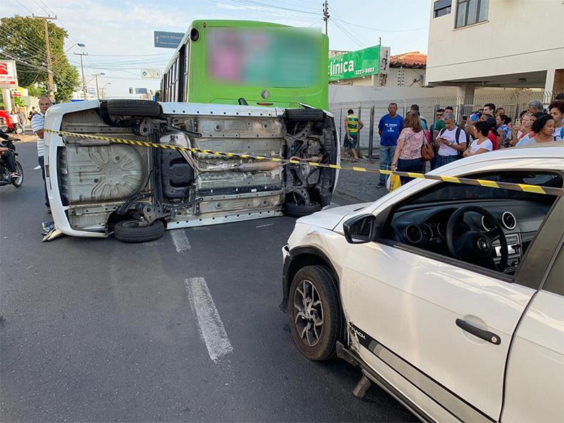 Carro fica colado na traseira de ônibus após acidente em Teresina