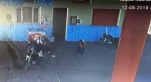 Vídeo: Frentista reage a assalto e entra em luta corporal com bandido